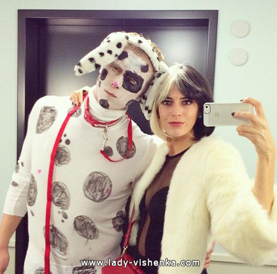 Костюм Круэллы на Хэллоуин с щенком