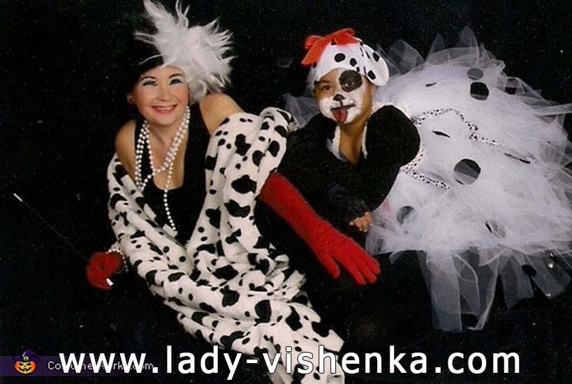Круэлла Девиль на Хэллоуин с щенком