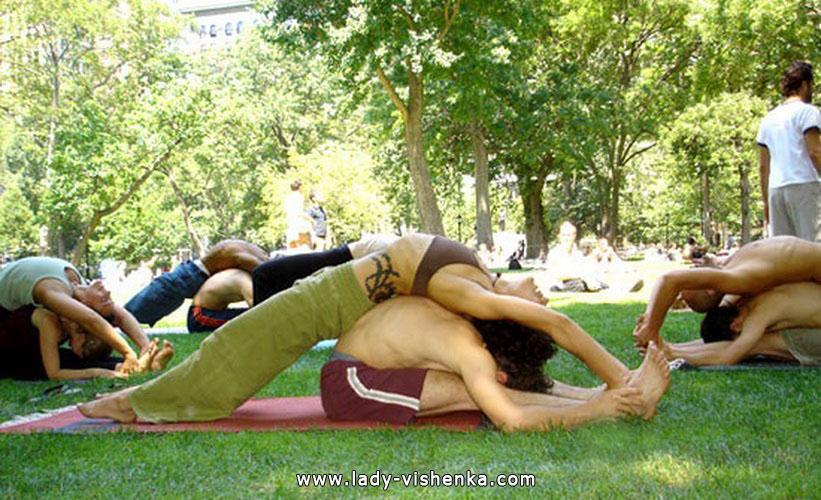 Йога для двоих - Ленивый наклон вперед