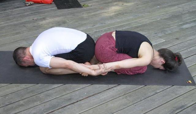 Расслабляющая поза йоги для двоих