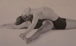 Ленивый наклон вперед с расставленными ногами