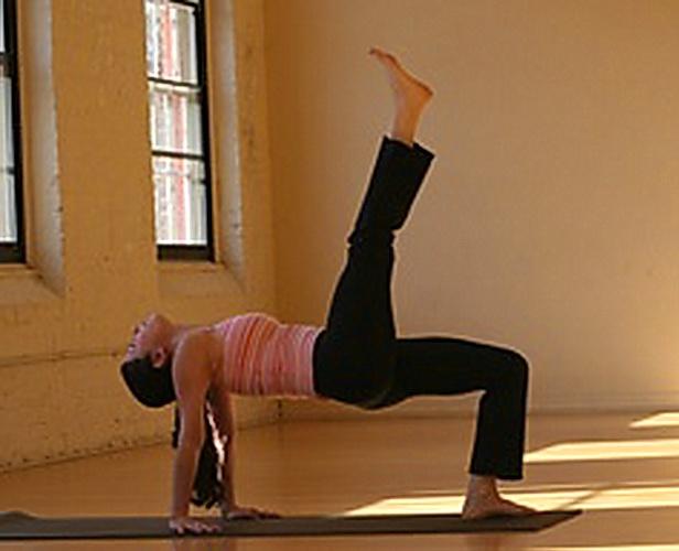 Поза треногого стола в йоге