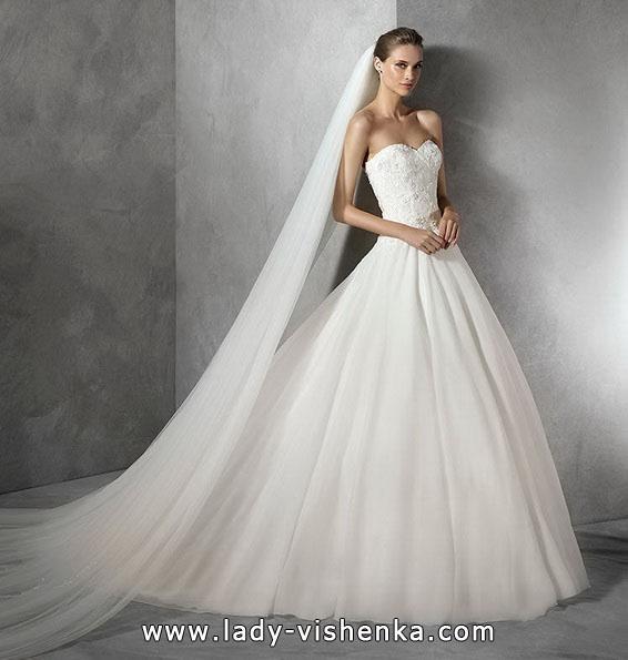 Свадебное платье принцессы с длинной фатой - Pronovias