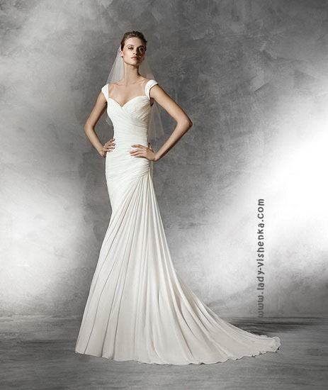 Прямое свадебное платье с шлейфом Pronovias