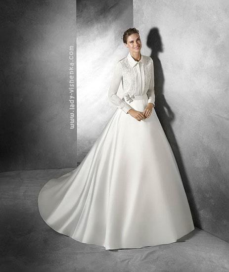 Закрытое атласное свадебное платье Pronovias