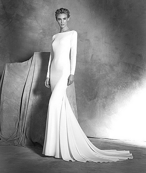 Свадебное платье из атласа со шлейфом и рукавами - Pronovias 2016