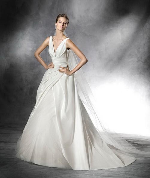 Атласное свадебное платье на бретельках со шлейфом - Pronovias 2016