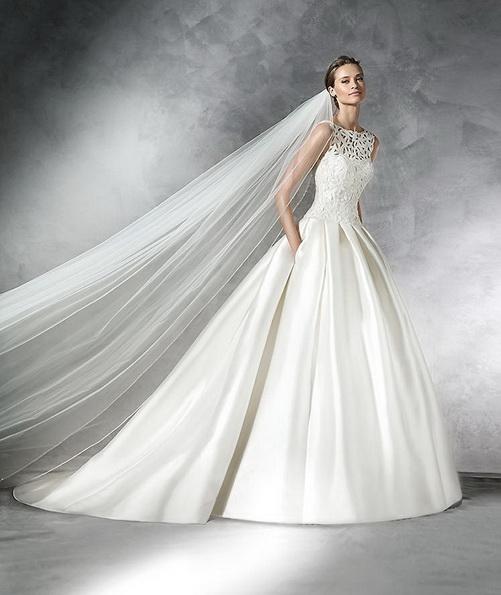 Простое атласное свадебное платье с фатой и шлейфом - Pronovias 2016