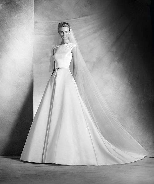 Классическое атласное свадебное платье со шлейфом - Pronovias 2016