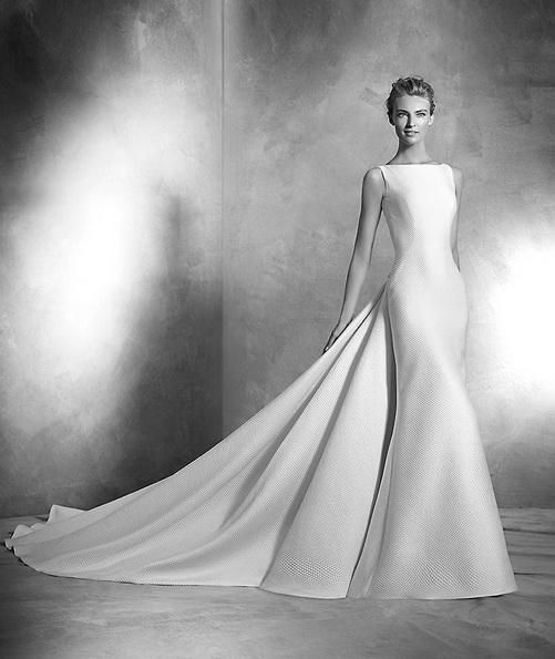 Атласное свадебное платье со шлейфом - Pronovias фото 2016