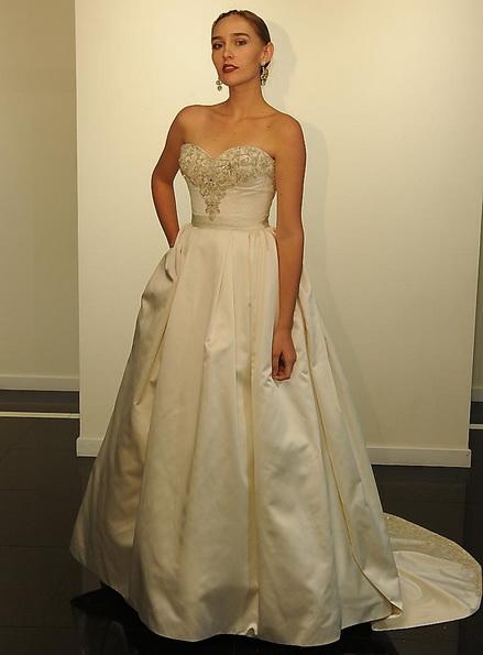 Атласное свадебное платье со шлейфом Victor Harper 2016