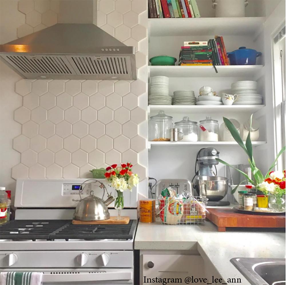 Открытые полки для маленькой кухни