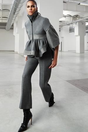 Серый брючный костюм