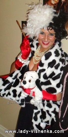 Костюм Круэллы Девиль на Хэллоуин с щенком
