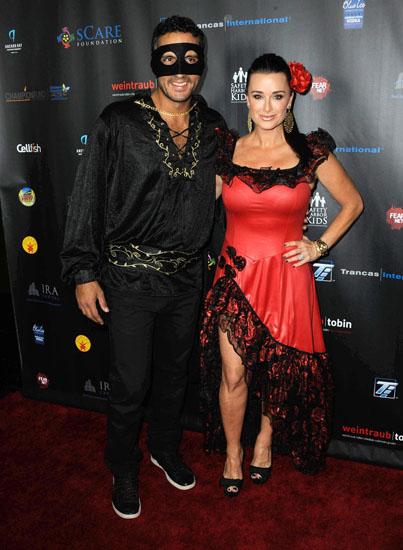 Знаменитости в костюмах на Хэллоуин - Зорро и Елена