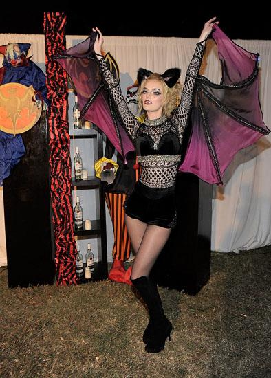 Знаменитости в костюмах на Хэллоуин - Летучая мышь
