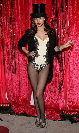 Знаменитости в костюмах на Хэллоуин - девушка из цирка