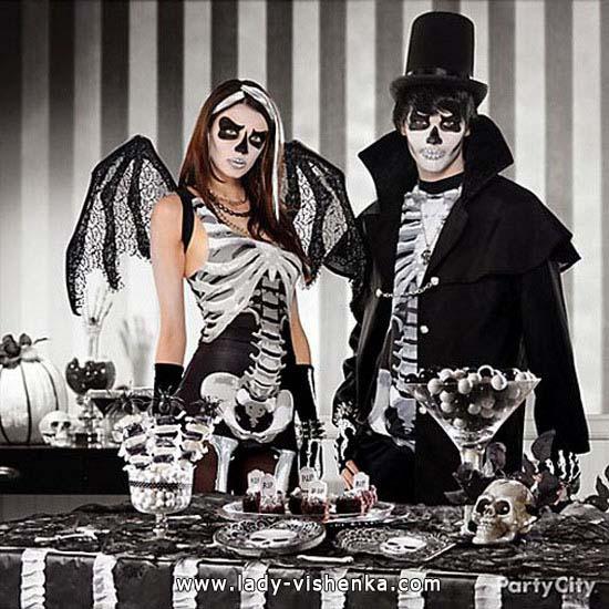 Пара на Хэллоуин в костюмах Скелета