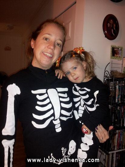 Семья Скелетов на Хэллоуин