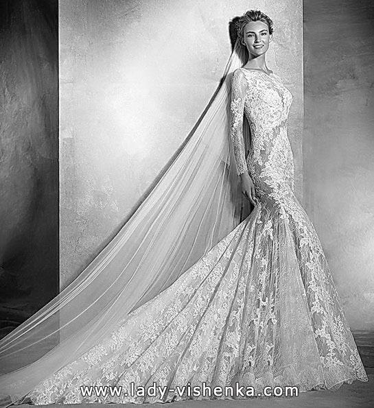 Свадебное платье с кружевом, фатой и шлейфом - Pronovias