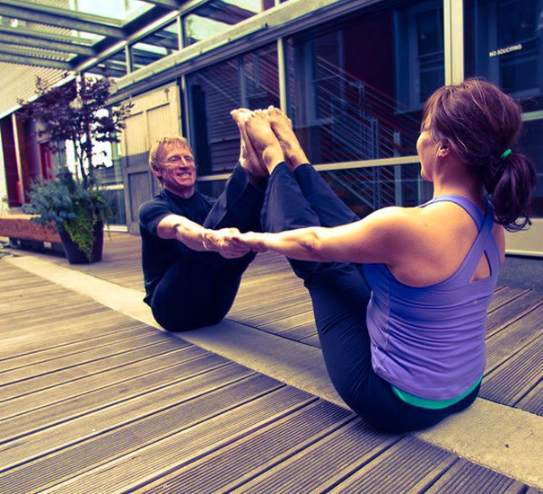 Поза йоги для двоих - двухместная лодка
