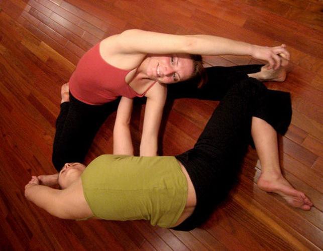 Позы йоги для двоих - Двойные ворота