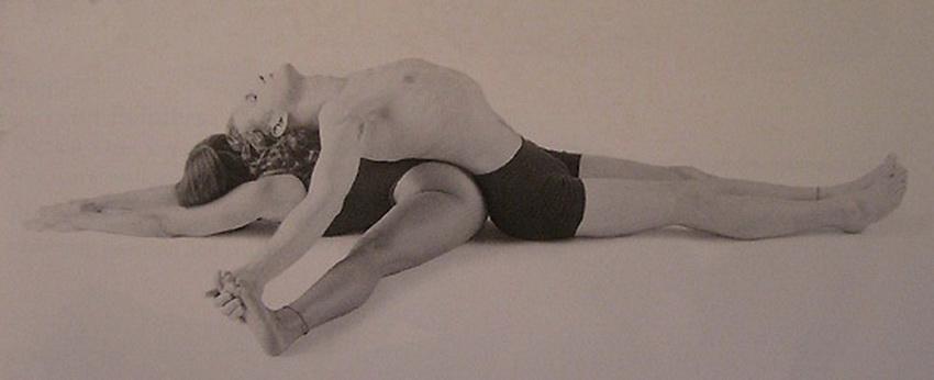 Позы йоги для двоих - наклоны