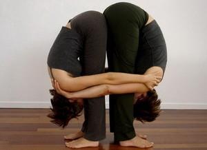 Поза йоги для двоих - Двойной наклон стоя вперед