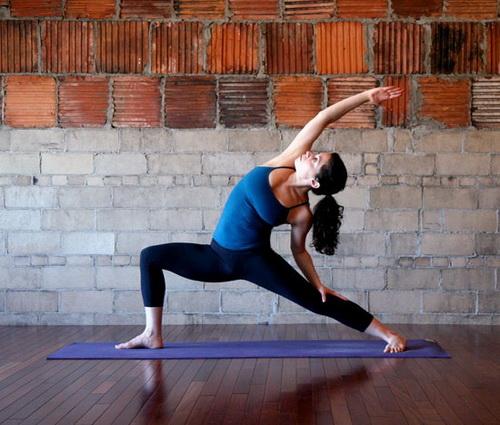 Поза йоги - полумесяц