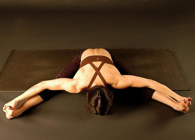 Сидящая поза йоги для глубокой растяжки