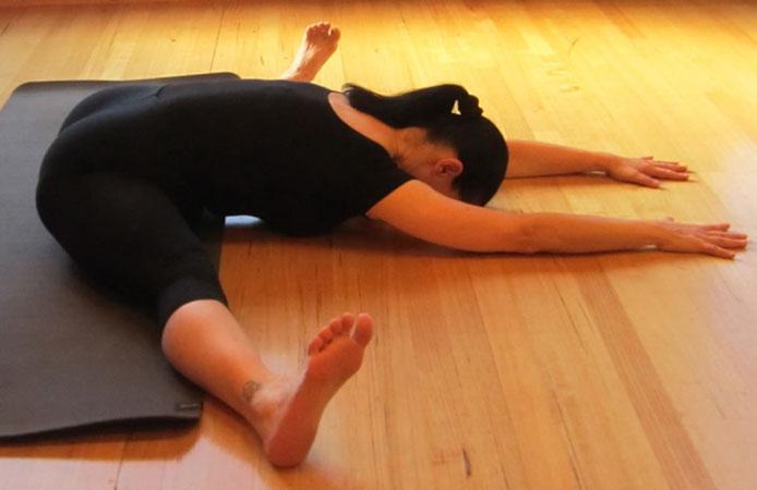 Сидящая поза йоги для растяжки
