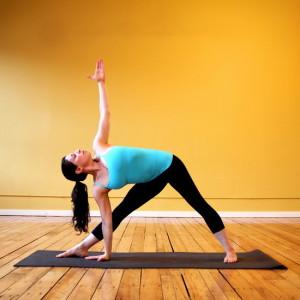 Поза йоги - треугольник
