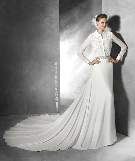 Прямое свадебное платье с длинным шлейфом Pronovias
