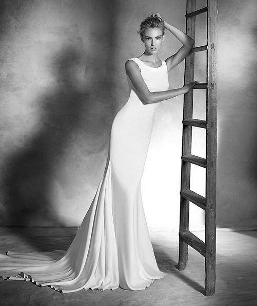 Свадебное платье из атласа со шлейфом - Pronovias 2016