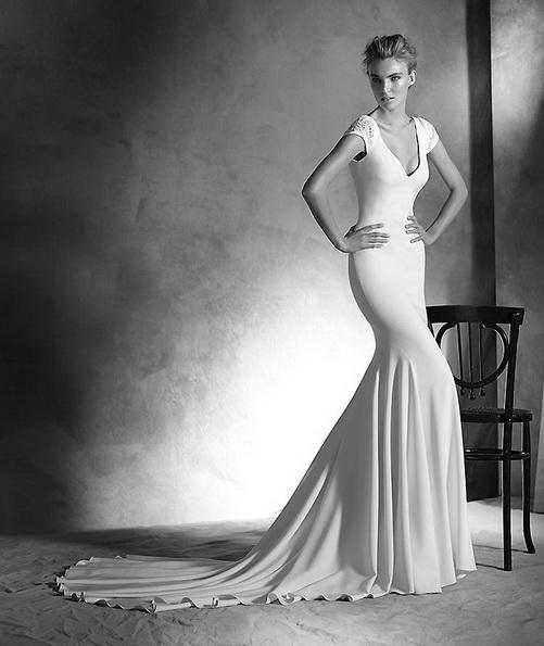 Прямое свадебное платье из атласа со шлейфом - Pronovias 2016
