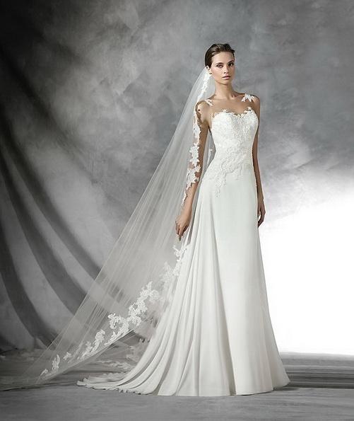 Красивое атласное свадебное платье с фатой и шлейфом - Pronovias 2016