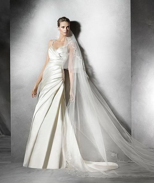 Свадебное платье из атласа на бретельках со шлейфом - Pronovias 2016