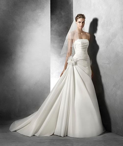 Атласное свадебное платье без бретелек со шлейфом - Pronovias 2016