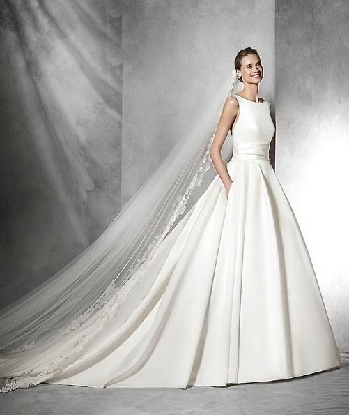 Пышное атласное свадебное платье со шлейфом - Pronovias 2016
