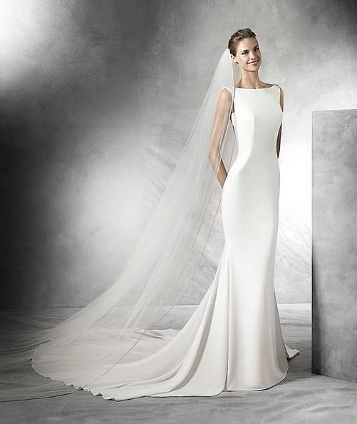 Простое свадебное платье из атласа с фатой и шлейфом - Pronovias 2016