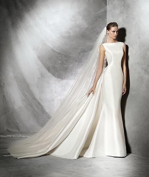 Простое свадебное платье из атласа со шлейфом - Pronovias 2016