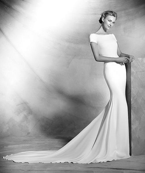 Прямое атласное свадебное платье со шлейфом - Pronovias 2016
