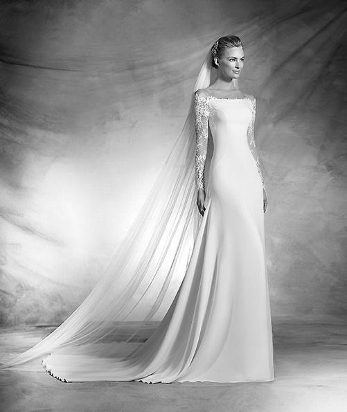 Атласное свадебное платье с кружевными рукавами и шлейфом - Pronovias 2016