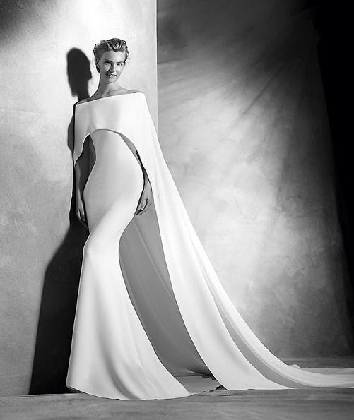 Необычное атласное свадебное платье со шлейфом - Pronovias 2016