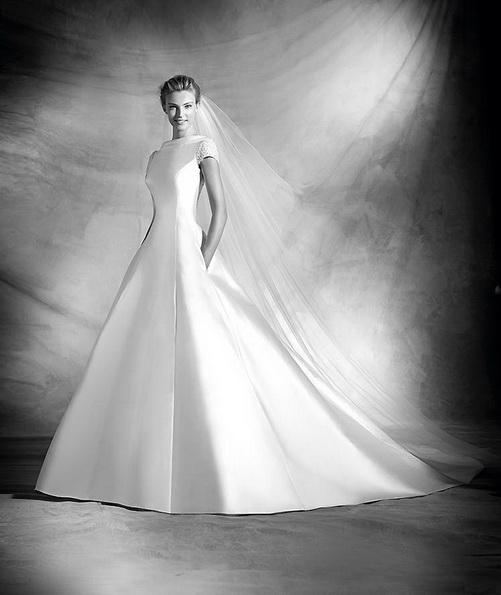 Классическое свадебное платье из атласа со шлейфом - Pronovias 2016