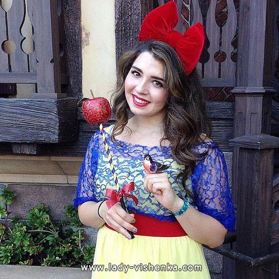 Белоснежка на Хэллоуин с яблоком
